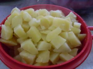 Cartofi taiati cubulete-tocanita taraneasca